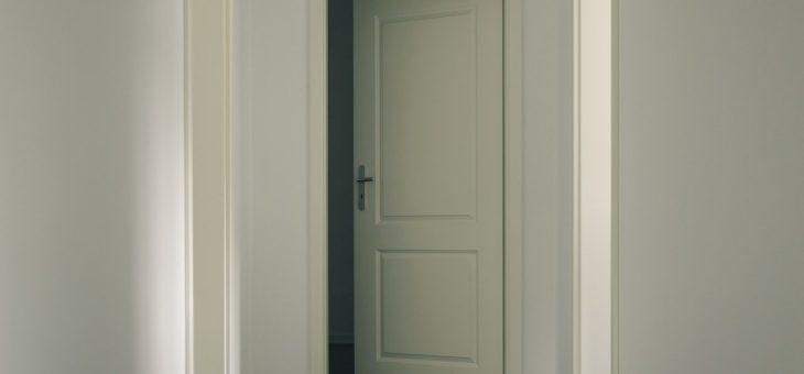 Trendy interiérové dveře? Skryté zárubně i posuvné dveře do pouzdra!